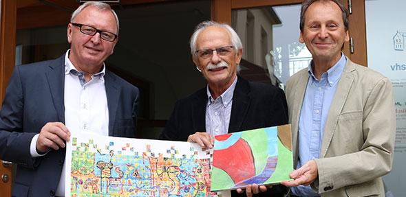 """Als äußeres Zeichen für den Erfolg überreichte der LQW-Gutachter Horst Quante (Mitte) Landrat Ernst Walter Görisch (l.) und dem Leiter der KVHS, Michael Zuber, eine """"Qualitätskachel""""."""