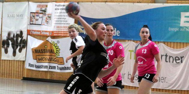 Michelle Köhler hielt hinten die 6:0-Abwehr der TG Osthofen prima zusammen und sorgte vorne dank ihrer vorbildlichen kämpferischen Einstellung für sieben Treffer am Kreis, die den Auftakt in die Oberliga-Saison 2019/2020 gegen HF Köllertal erfolgreich gestalteten. Foto: Felix Diehl.