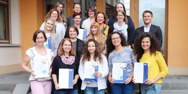 Der Erste Kreisbeigeordnete Steffen Jung (2. von rechts) überreichte die Zertifikate im Beisein von KVHS-Leiter Michael Zuber an die neu ausgebildeten Tagesmütter.