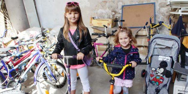 Sarah, in Begleitung ihrer kleinen Schwester, suchte für sich ein 24er Mädchenfahrrad. Leider waren nur Fahrräder für Jungen abgegeben worden. Aber sie freute sich auch über den Roller, den ihre Mutter ihr schenkte. Vielleicht hat sie beim nächsten Hofmarkt mehr Glück und findet für sich ein Fahrrad.