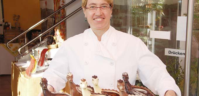 Neben herbstlichen Schokoladenfiguren gibt es bei Konditormeisterin Tanja Emler-Rupp auch wieder ihre handgegossenen Nibelungen-Drachen aus feinster Schokolade.