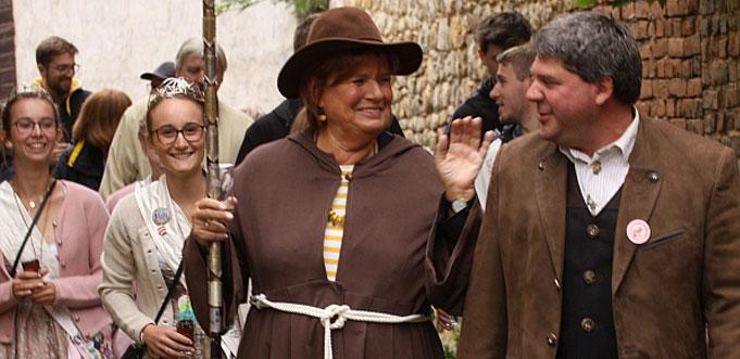 Christine Westermann beim Pilgern und Plaudern mit dem Ersten Beigeordneten Bechtheims, Manfred Buscher. Foto: Karolina Krüger