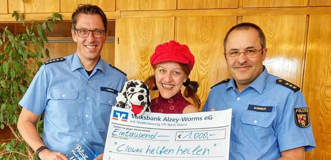 Polizei-Hauptkommissar Michael Lerch (links), Astrid Haag, Polizeidirektor Klaus Sommer bei der Scheckübergabe.
