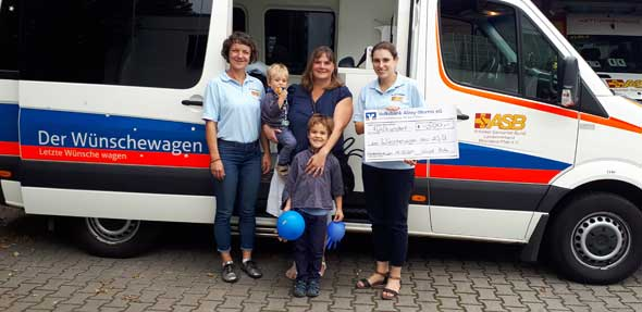 Durch den Kuchenverkauf an der Gundersheimer Rotweinkerb im Weingut Maik Hahn konnten 500 Euro an den ASB Wünschewagen überreicht werden.