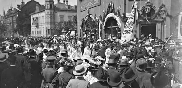 Umzug aus Anlass des Mittelrheinischen Turnfestes, Blick Hardtgasse Richtung KW, links Obermarkt, 1902. Foto: Stadtarchiv Worms, Fotoabteilung (August Füller)