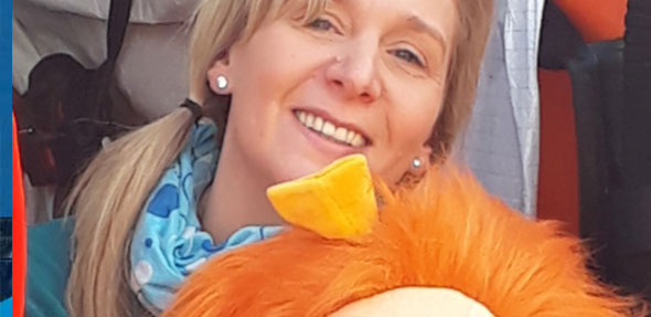 """Sandra Scharffenberger mit ihrer Puppe """"Paula""""."""
