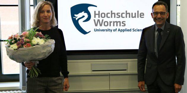 Vizepräsident Professor Henning Kehr heißt Dr. Dorothea Jecht an der Hochschule Worms herzlich willkommen.
