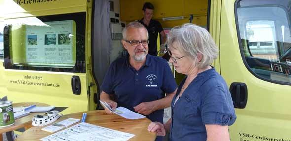 Harald Gülzow (links), vom VSR-Gewässerschutz e.V., im Gespräch mit einer Brunnennutzerin.