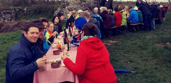 Die Wanderer des Gundersheimer Heimatvereines legten am Goldbergtürmchen eine Picknick-Pause ein.