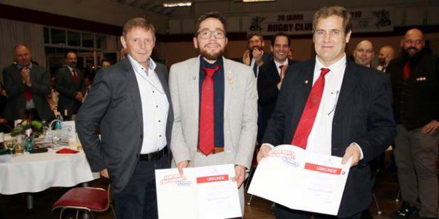 Für ihre besonderen Verdienste wurden Sascha Rissel (Mitte) und Federico Guichet (rechts) mit der Ehrennadel vom Sportbund Rheinhessen durch Roland Eisenhauer geehrt.