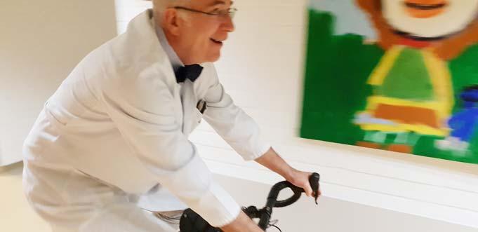 Prof. Dr. Heino Skopnik radelt durch die Kinderklinik.