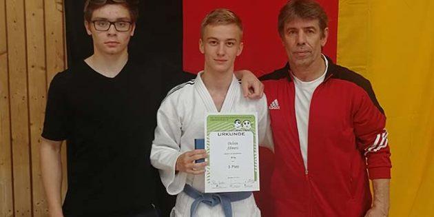 Delvin Ahmeti (Mitte) sichert sich die Bronzemedaille beim stark besetzten Turnier in Mannheim.