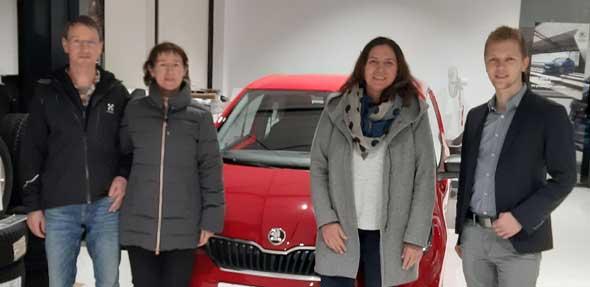 Das Auto wurde an das Gewinnerpaar übergeben.