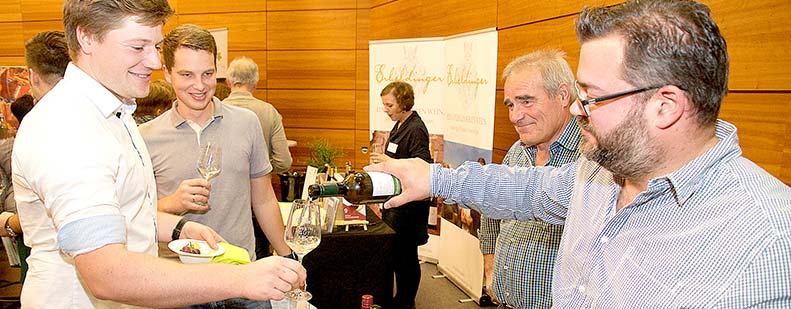 Die Weinmesse bietet auch den Winzern eine gute Gelegenheit, die Kreszensen der Kollegen zu verkosten – So wie hier der Abenheimer Sebastian Kron beim Rheindürkheimer Patrick Pfleger. Foto: Robert Lehr