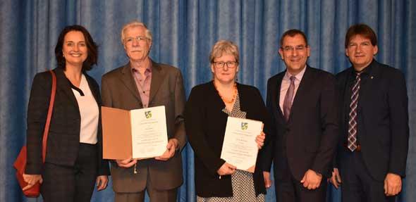 Gerd Reder und Birgit Bernhardt erhielten für ihr jeweiliges Engagement die Verdienstmedaille der VG Monsheim aus den Händen des VG-Bürgermeisters Ralph Bothe. Foto: Florian Helfert