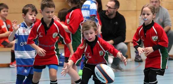 """Für die Rugby-Youngster Maximilian, Fanny und Katharina vom Rugby Club Worms hatte beim SAS-Jugend-Turnier nur eines richtig großen Wert: dieses """"vermaledeite Ei"""" unter Kontrolle zu bringen.  Foto: Marcus Diehl"""