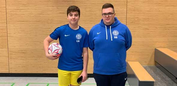 Der Sportliche Leiter Benjamin Bürger gratulierte Spielführer Leo Morano vom SV Horchheim zum 2. Platz bei den D-Junioren.