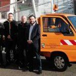 Ortsbürgermeister Tobias Rohrwick (rechts), Beigeordneter Sven Schulz und die Bauhofmitarbeiter Bernd Becker, Gunter Milch und Meik Brück mit dem neuen Bauhoffahrzeug.