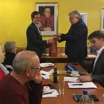 Für vier Jahre an der Spitze der SPDWorms-Mitte bekam Andreas Sackreuther (links) ein kleines Präsent aus den Händen des Stadtrates Uwe Gros.