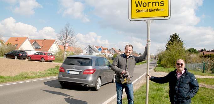 """So könnte die Bierstadt Worms ihre Besucher aus Richtung Süden und der benachbarten Pfalz begrüßen. """"Dann wüsste man sofort, dass es hier mehr als Wein gibt"""", sind sich Uli Sander und Klaus-Peter Fuhrmann einig (von links)."""