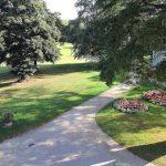 Die Parkanlage hinter dem Herrnsheimer Schloss wurde in der Form eines Englischen Gartens angelegt und lädt als erholsame Oase zum Verweilen ein. Foto: Rudolf Uhrig