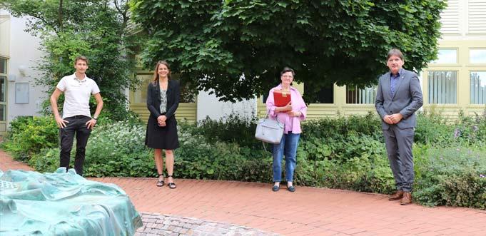 Verabschiedung:Landrat Heiko Sippel (rechts) verabschiedet Marija Yilmaz (2. von rechts) in den Ruhestand. Den Glückwünschen schlossen sich auch Personalratsvorsitzender André Merker (links) und Gleichstellungsbeauftragte Dr. Vera Lanzen (2. von links) an.