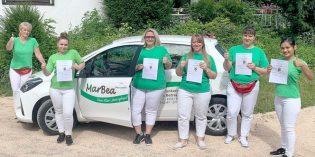 Beate Biegi, Inhaberin Pflegedienst MarBea (links) gratuliert ihren Auszubildenden Charlene Weiß, Nadine Müller, Jowita Mazur und Dikshya Raut (von links) zu deren bestanden Prüfungen.