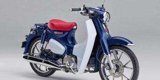 Hondas Super Cub mit 125 cm³, das meistverkaufte Motorfahrzeug der Welt, kehrt nach Europa zurück. Sie überzeugt u.a. mit freundlicher Motorcharakteristik, überarbeitetem Chassis, zeitlosem Design und dank halbautomisch geschaltetem Getriebe mit hohem Bedienkomfort. Foto: Honda