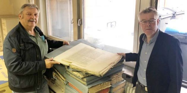 Ottfried Fehlinger und Dr. Gerold Bönnen bei der Übergabe der Archivalien (von links).
