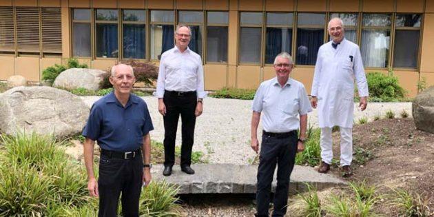 Michael Schmidt (hinten links) übergibt sein Amt im Beisein seiner Vorstandskollegen Klaus-Dieter Schmitt und Klaus Reitz (vordere Reihe von links) an seinen Nachfolger Prof. Dr. Heino Skopnik.
