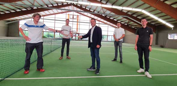Vorsitzender Michael Döppert (links) freut sich mit Ortsvorsteher Timo Horst und Landtagsabgeordneten Jens Guth sowie Lukas Gaedt und Julian Djabarian (von links) über den Zuschuss zum Hallenboden.