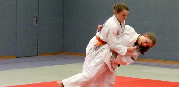 Der O-goshi ist einer der Spezial-Griffe von Lea Bender. Mit dem großen Wurf über die Hüfte befördert die junge Judoka dabei ihren Trainingspartner Aaron Schwarz gekonnt zu Boden.  Foto: Marcus Diehl