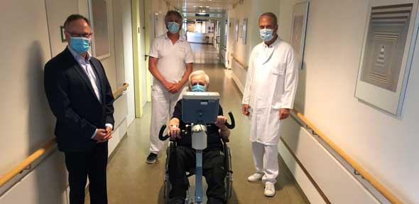 Von links: Michael Schmidt, Vorsitzender des Fördervereins, Stefan Glaser und Prof. Dr. Jochen Blum bei der Übergabe des neuen Thera-Trainers. Foto: Klinikum Worms