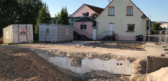 Die beiden maroden Nebengebäude des Bürgerhauses in Flörsheim-Dalsheim wurden von der Firma Büttel abgerissen. Die Freifläche wird nun noch verdichtet und für eine spätere Nutzung vorbereitet.