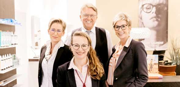 Helmut Jäger und sein Team freuen sich, bei allen Fragen und Problemen rund ums sichere Sehen und gute Aussehen mit ihrer Kompetenz und Erfahrung den Kundinnen und Kunden zur Seite zu stehen. Ein Besuch lohnt sich!