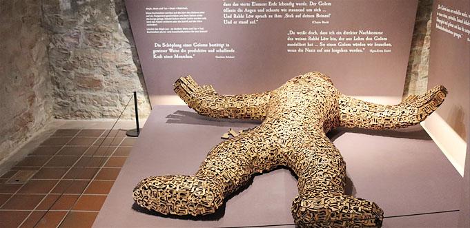 In den mittelalterlichen Kellergewölben kann man den Golem entdecken.