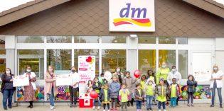 Vor der dm-Filiale in der Mainzer Straße wurden am Montag die Spendenschecks an Frühchenverein Federleicht e. V., ALISA-Stiftung und Sternengeflüster e. V. überreicht.