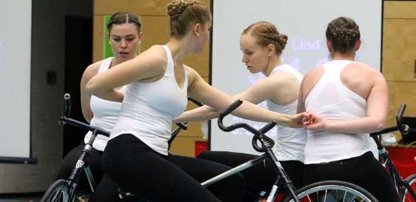 Hand in Hand, Rad an Rad: Der 4er Kunstradsport Elite Frauen des VfH Worms zeigte nach fast achtmonatiger Wettkampfpause eine schwierige Kür mit vier neuen Übungen.  Foto: Marcus Diehl