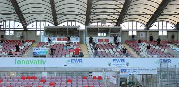 """Der Chor """"JazzAffair"""" probt mit Sicherheitsabstand auf der Haupttribüne der EWR-Arena."""