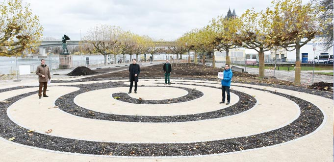 """So gut wie fertig, jetzt muss es anfangen zu """"leben"""" – der Rosengarten mit seinem Labyrinth."""