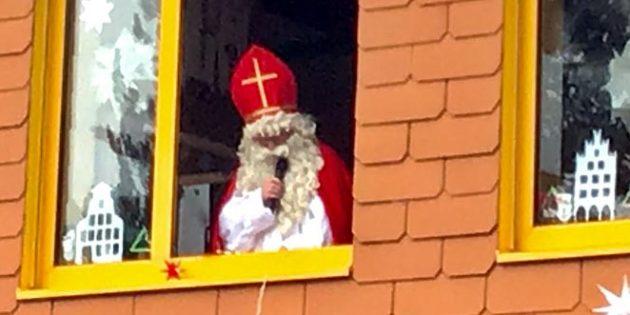 Aus einem Adventfenter heraus grüßte in diesem Jahr der Nikolaus die Schülerinnen und Schüler.