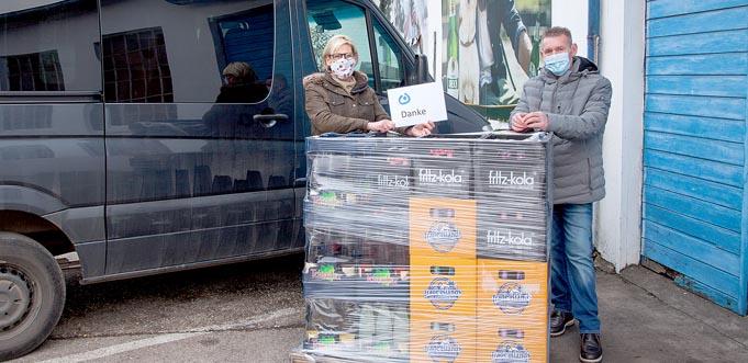 Die Bewohner der Lebenshilfe-Wohnheime können sich auf ein tolles Weihnachtsfest mit besonderen Getränken freuen. Von links: Sandra Wendel, ehrenamtliches Vorstandsmitglied der Lebenshilfe Worms, und GEGROS-Geschäftsführer Michael Dieterich.