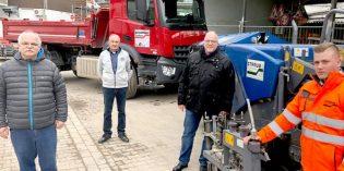 Jörg Burkhardt (Geschäftsführer), Jubilar Peter Schopp, Matthias Burkhardt (Geschäftsführer) und Eric Schwenk, der sich zurzeit im 3. Ausbildungsjahr zum Straßenbauer befindet (von links). Foto: Steffen Heumann