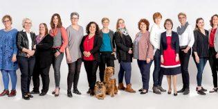 Die Spezialisten im 17-köpfigen Team rund um Sabine Köbel (7. von rechts) stehen an drei Standorten in der Region für ein hohes Maß an Lebensqualität durch ihre kompetente Hilfe rund ums gute Hören. Foto: Fotostudio Filling