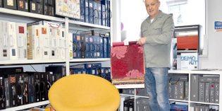 Peter Poldvere liebt sein Handwerk, so dass er auch herausfordernde Formen wie einen 70er-Jahre-Sessel meistert. Der Fachmann arbeitet dabei mit qualitativ hochwertigen Stoffen renommierter Hersteller. Foto: Florian Helfert