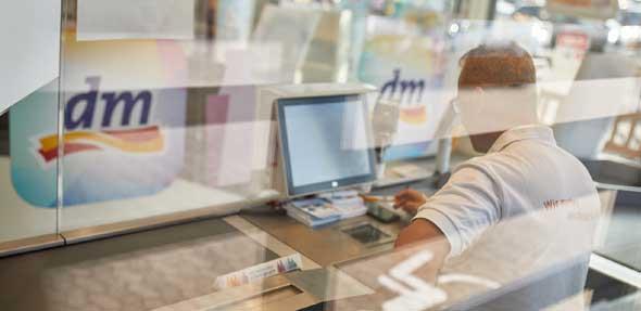 Die Teams in den dm-Märkten haben schnell und flexibel reagiert, um pragmatische Lösungen zur Einhaltung der unterschiedlichen behördlichen Vorgaben umzusetzen. Foto: dm
