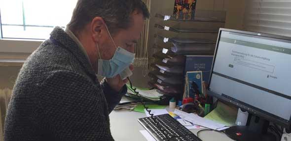 Der Abgeordnete Jens Guth vereinbarte in der Wormser SPD-Geschäftsstelle zahlreiche Online-Impftermine für über 80-Jährige, die keinen Internetzugang haben und die Hotline nicht erreichen konnten.