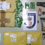 Sichergestellte NpS und Schreckschusswaffen. Foto: Polizei Worms