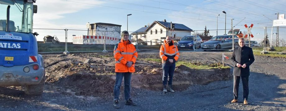 Projektleiter Harald Germann, Bauleiter Martin Alff (Heinz Schnorpfeil Bau GmbH) und Baudezernent Uwe Franz (von links) bei der Begehung des Geländes am Fahrweg.