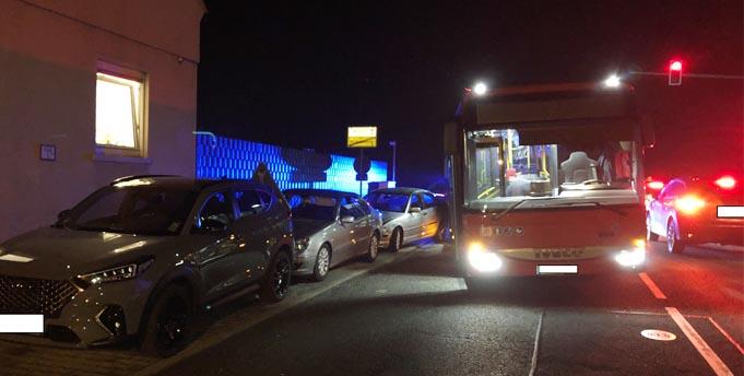 Der verunfallte Linienbus in Worms-Rheindürkheim. Foto: Polizei